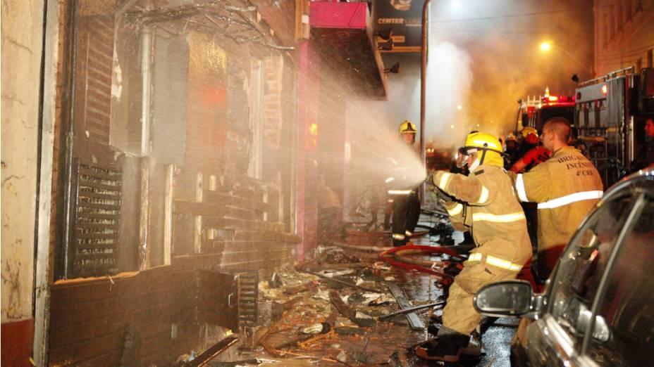 Brigada de incêndio no combate às chamas, na boate Kiss, em Santa Maria, na madrugada deste domingo