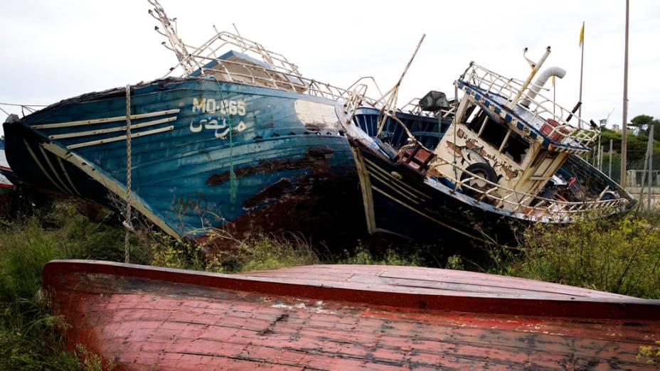 Barcos naufragados são vistos em um pátio em Lampedusa
