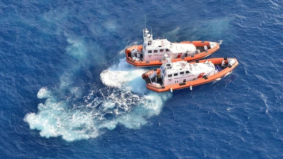 Equipes de resgate procuram por sobreviventes do navio que naufragou em Lampedusa