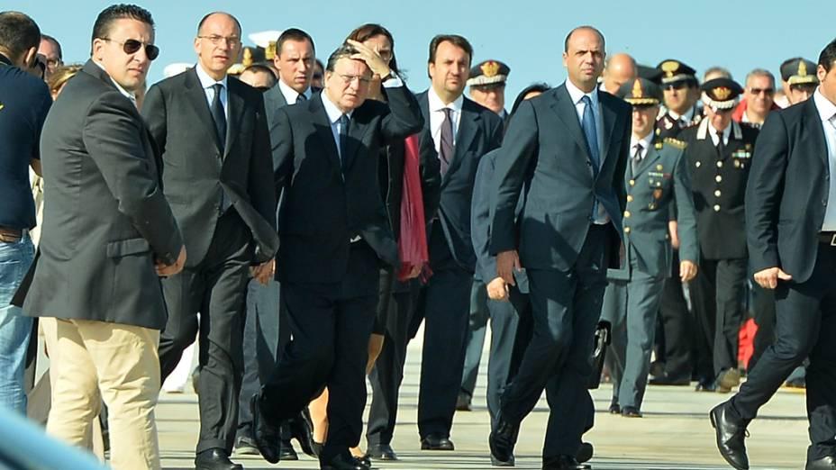 Primeiro-ministro italiano Enrico Letta, e o presidente da Comissão Europeia, Manuel Barroso chegam em Lampedusa para prestar homenagem às vítimas do naufrágio