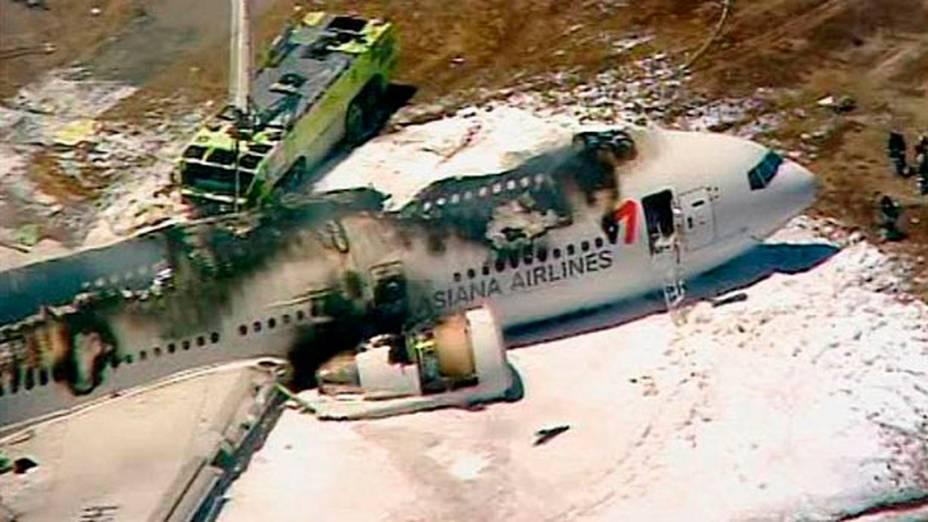 Boeing 777 da companhia sul-coreana Asiana Airlines pega fogo após realizar pouso forçado no aeroporto de São Francisco, nos Estados Unidos