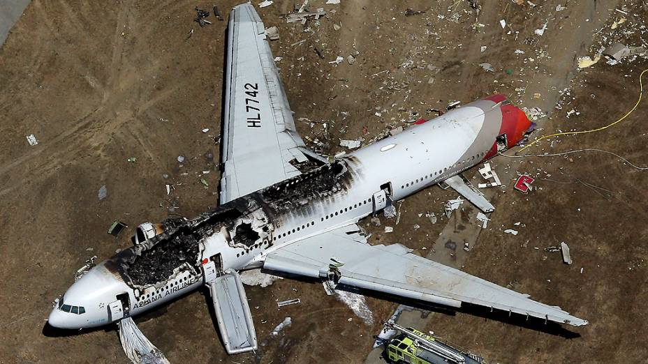Boeing 777 da companhia sul-coreana Asiana Airlines pega fogo após realizar pouso forçado no aeroporto de San Francisco, nos Estados Unidos