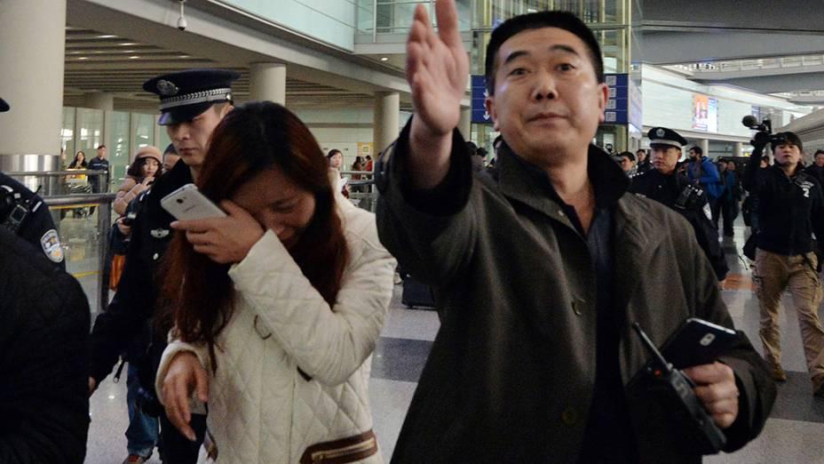 <p>Mulher chora no aeroporto de Pequim , após receber a notícia do desaparecimento do avião Malaysia Airlines que fazia o voo de Kuala Lumpur para a capital chinesa transportando 239 pessoas</p>