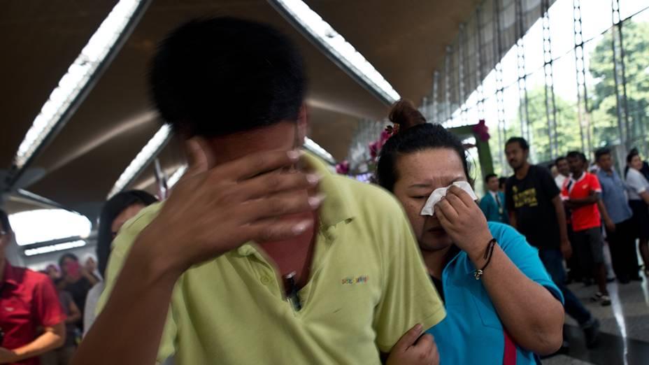 <p>Familiares choram no aeroporto de Pequim, após receberem a notícia do desaparecimento do avião Malaysia Airlines que fazia o voo de Kuala Lumpur para a capital chinesa transportando 239 pessoas</p>