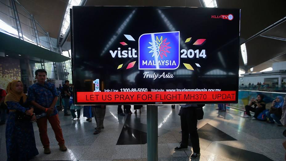 """<p>Painel de informações no Aeroporto Internacional de Kuala Lumpur na Malásia, exibe uma mensagem """"Oremos pelo voo MH370"""". O avião da Malaysia Airlines que transportava 239 passageiros de Kuala Lumpur para Pequim desapareceu no Mar da China Meridional </p>"""