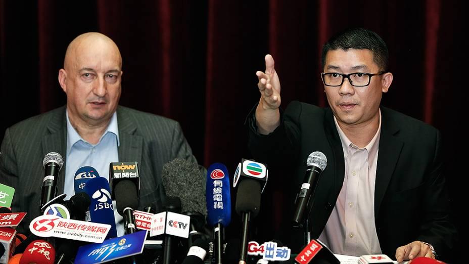 <p>Hugh Dunleavy (esq.) e Ignatius Ong representantes da Malaysia Airlines, falam sobre o desaparecimento da aeronave que fazia o voo MH370, de Kuala Lumpur a Pequim  durante uma coletiva de imprensa em Pequim, na China</p>