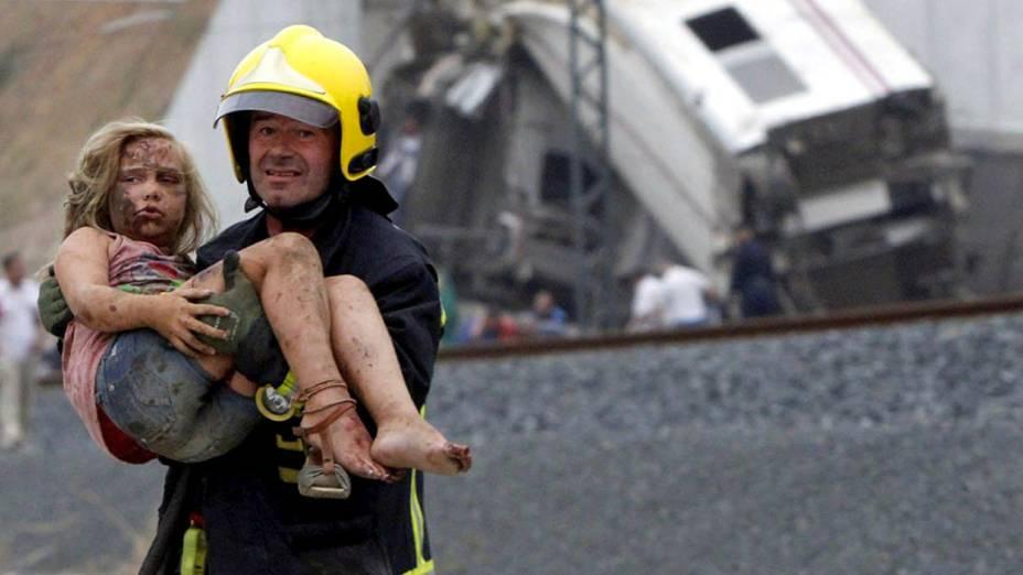 Equipes de resgate socorrem feridos após o descarrilamento de um trem em Santiago de Compostela, na Espanha