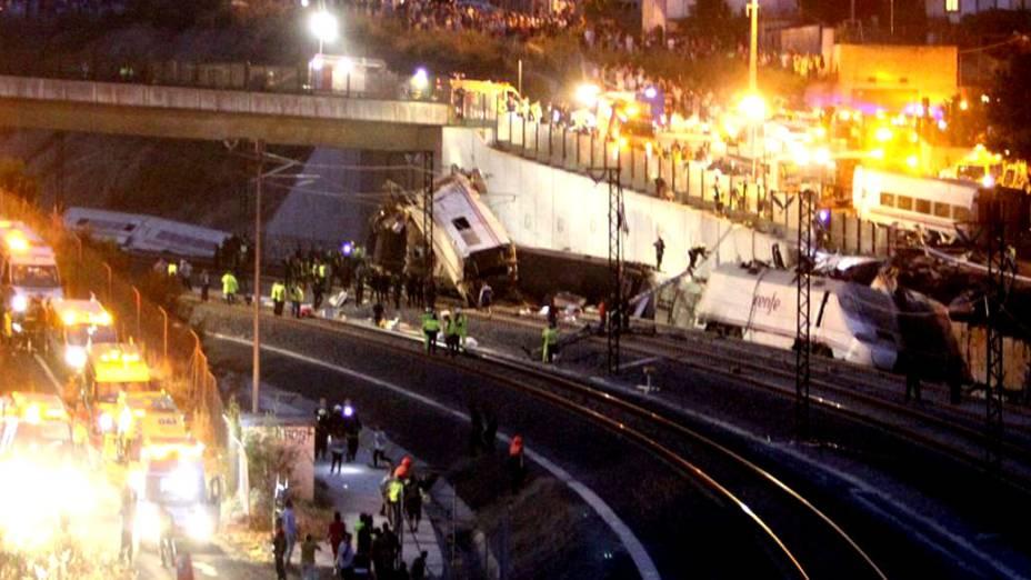 Vagão retorcido na altura de ponte em Santiago de Compostela, na Espanha