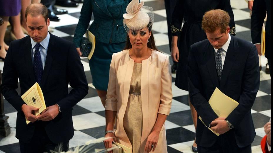 Príncipe William, o duque de Cambridge, Catherine, a duquesa de Cambridge e o príncipe Harry durante comemoração do 60 º aniversário da coroação da rainha Elizabeth II na Abadia de Westminster, em Londres