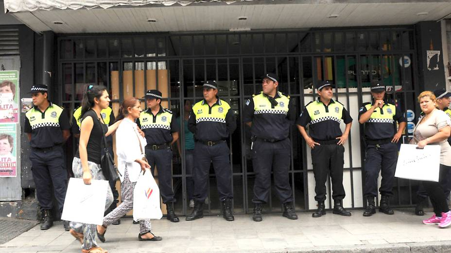 Seguranças pretegem uma loja na província de Tucuman, na Argentina
