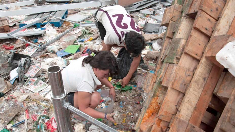 Pessoas procuram por produtos em meio a um mercado saqueado na província de Tucuman, na Argentina