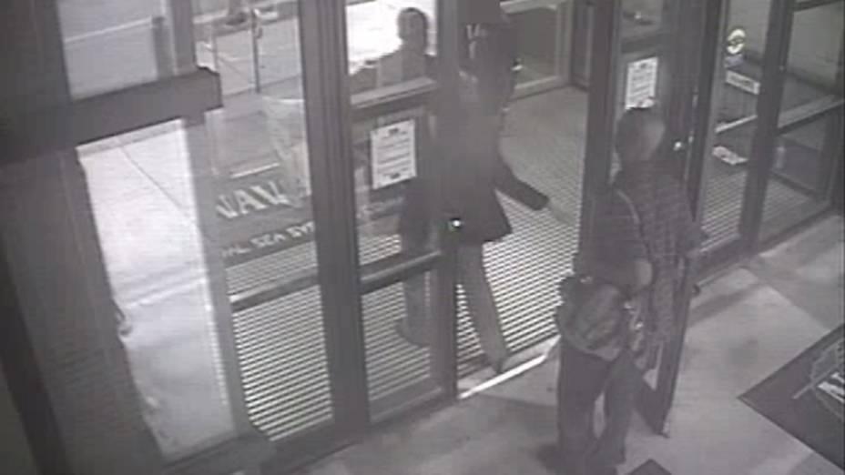 Alexis Aaron entra no edifício 197 carregando uma mochila e usando um crachá de prestador de serviço do Departamento de Defesa