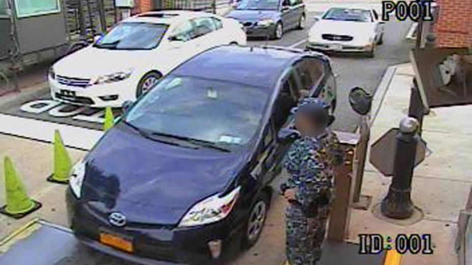 O atirador Alexis Aaron chega em um carro alugado e passa pela portaria