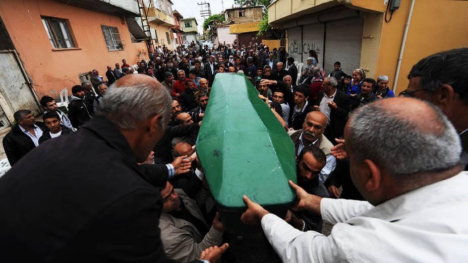 Pessoas carregam o caixão de Ogulcan Tuna, 18 anos, morto por uma explosão de carro-bomba que atingiu Hatay, a poucos quilômetros da fronteira com a principal passagem para a Síria