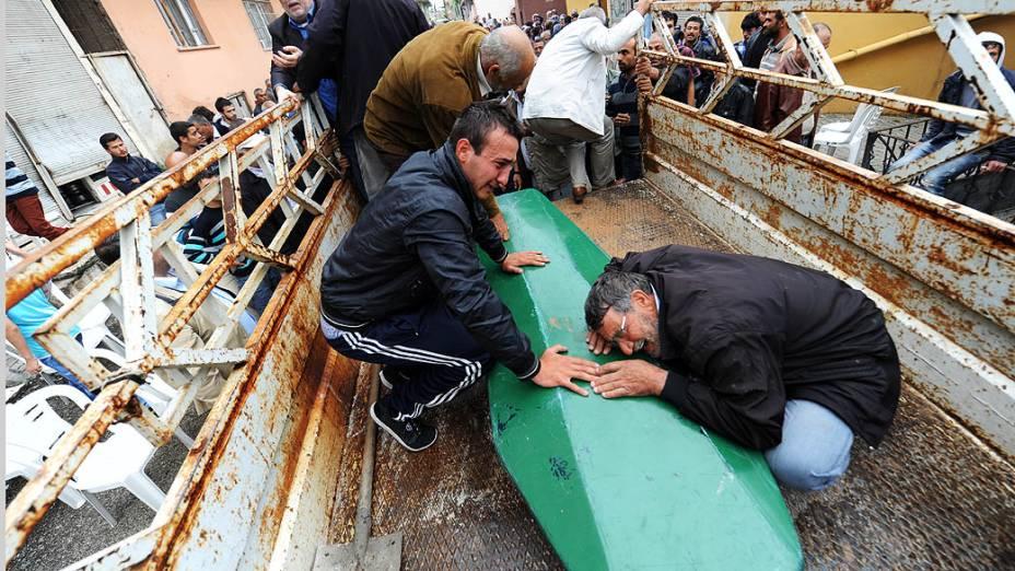 Pessoas choram ao carregar caixão de vítima de uma explosão de carro-bomba que atingiu Hatay, a poucos quilômetros da fronteira com a principal passagem para a Síria
