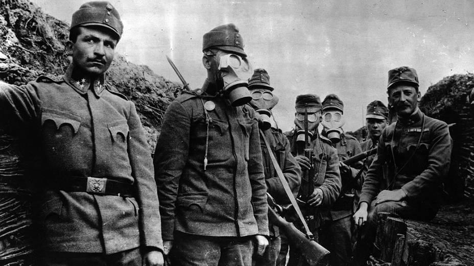 Soldados austríacos usando máscaras contra gás durante a I Guerra Mundial. Armas estrearam no campo de batalha em 1915