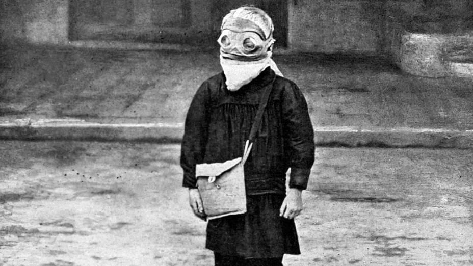 Menino francês usando uma máscara de gás durante a II Guerra Mundial, quando as armas químicas acabaram não sendo usadas nos campos de batalha