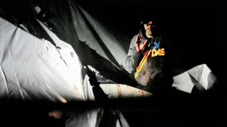Dzhokhar Tsarnaev levanta a mão em um barco no momento de sua captura pelas autoridades policiais em Watertown, Massachusetts pela atentado a bomba na Maratona de Boston