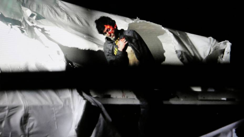 Dzhokhar Tsarnaev se inclina em um barco no momento de sua captura pelas autoridades policiais em Watertown, Massachusetts pela atentado a bomba na Maratona de Boston
