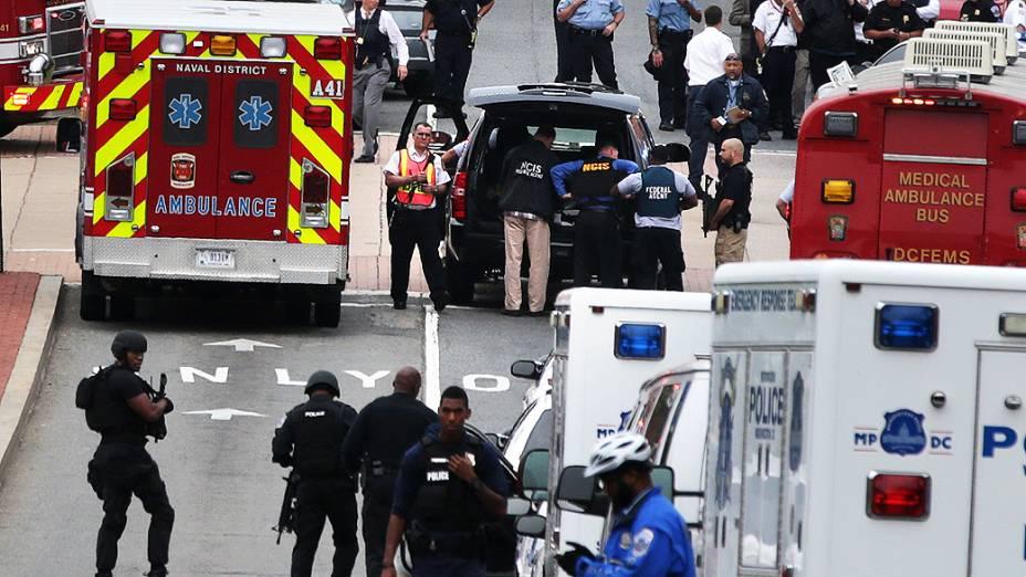 Veículos de emergência e agentes da polícia em uma das entradas para o edifício onde funciona o Arsenal da Marinha em Washington, onde um atirador abriu fogo deixando vítimas, nesta segunda-feira (16)
