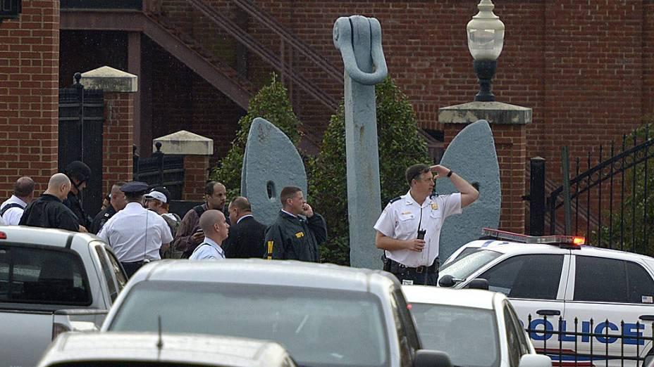 Agentes da polícia em uma das entradas para o edifício do Arsenal da Marinha em Washington, onde um atirador abriu fogo deixando vítimas, nesta segunda-feira (16)