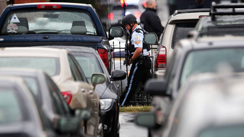 Agentes da polícia nas proximidades de um edifício do Arsenal da Marinha em Washington, onde um atirador abriu fogo deixando vítimas, nesta segunda-feira (16)