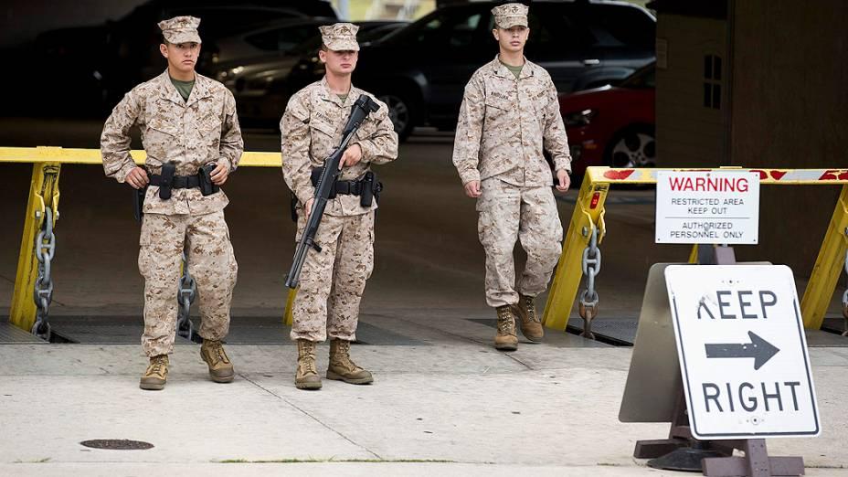 Membros da Marinha norte-americana nas proximidades do edifício onde atiradores abriram fogo deixando vítimas em Washington, nesta segunda-feira (16)