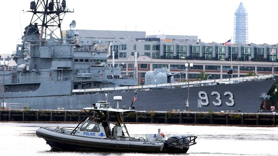 A polícia patrulha de barco perto da cena do tiroteio no Washington Navy Yard