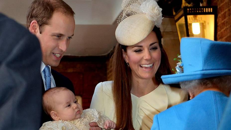Príncipe William e Kate, Duquesa de Cambridge com seu filho, o príncipe George, na Capela Real no Palácio de St. James, em Londres, para o batismo de três meses de idade, na Inglaterra