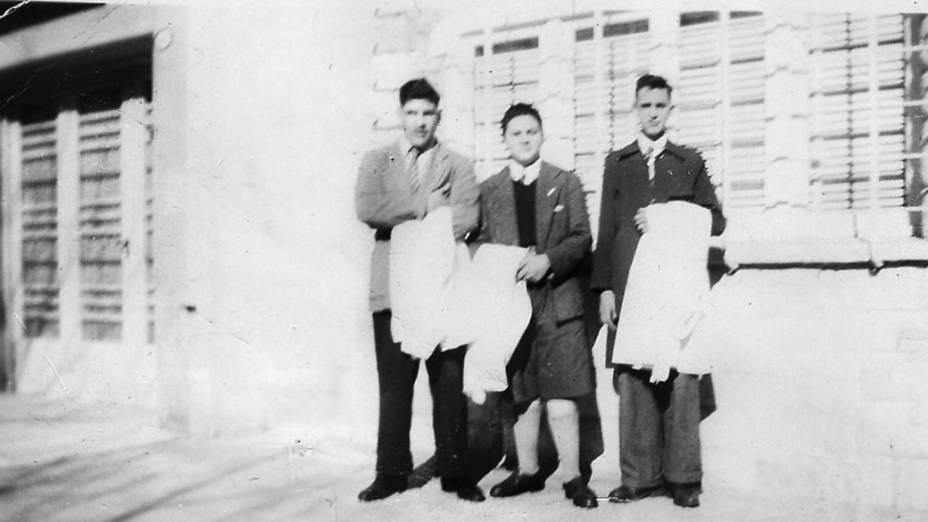 Jorge Mario Bergoglio com colegas de classe no período em que estudou na escola secundária industrial ENET No. 27, atual ETN º 27 Hipolito Yrigoyen, em Buenos Aires