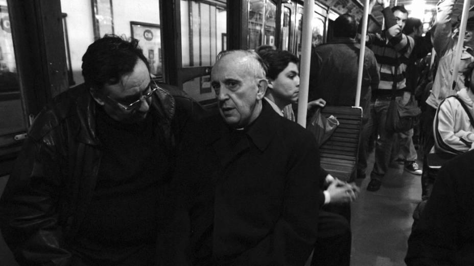 Jesuíta Jorge Mario Bergoglio, conversando com um passageiro durante uma de suas viagens regulares no metrô de Buenos Aires . O Arcebispo argentino foi eleito o novo papa da Igreja Católica e é o primeiro latino-americano na história a ocupar a cátedra de São Pedro