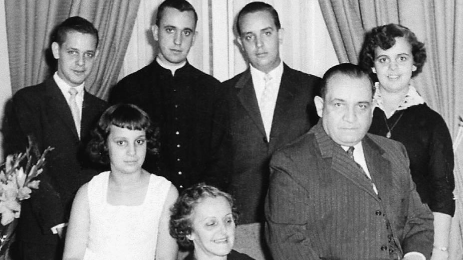 Imagem cedida pelos autores do livro El Jesuita: la historia de Francisco, el Papa argentino mostra Jorge Mario Bergoglio, papa Francisco, acompanhado de sua família em foto sem data