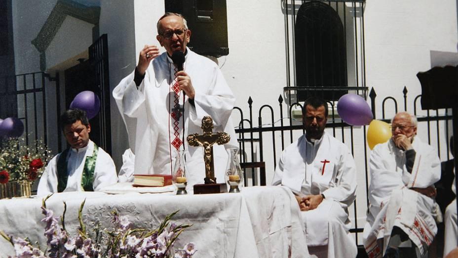 Cardeal Jorge Mario Bergoglio celebra missa na paróquia de Santa Francisca Xavier Cabrini em Buenos Aires, no ano de 2004