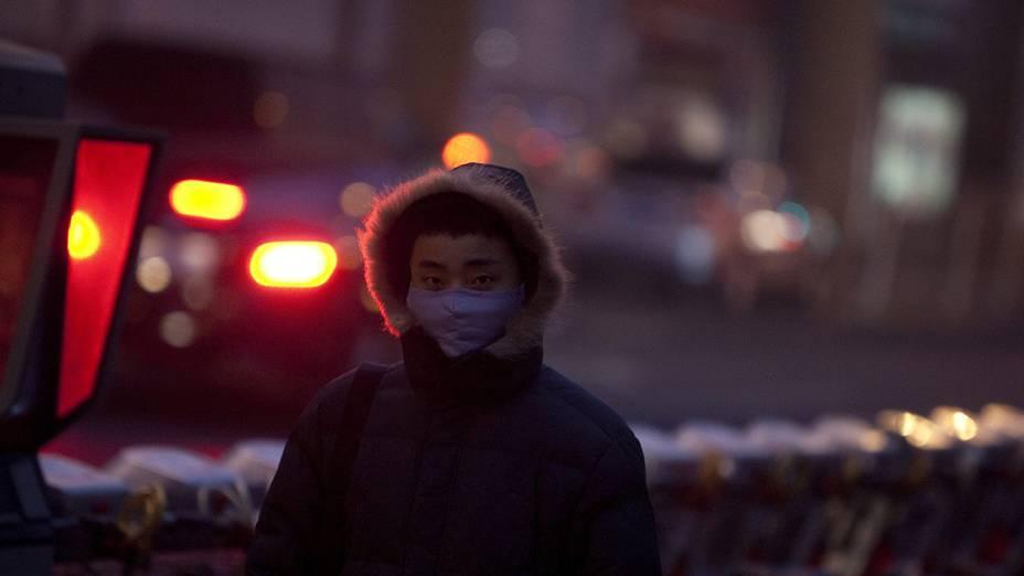 Homem usa máscara enquanto caminhava pela rua em Pequim, China