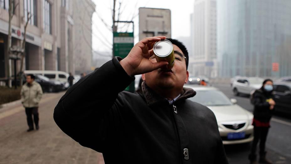 Multimilionário Chen Guangbiao demonstra como usar o ar comprimido fresco durante entrevista