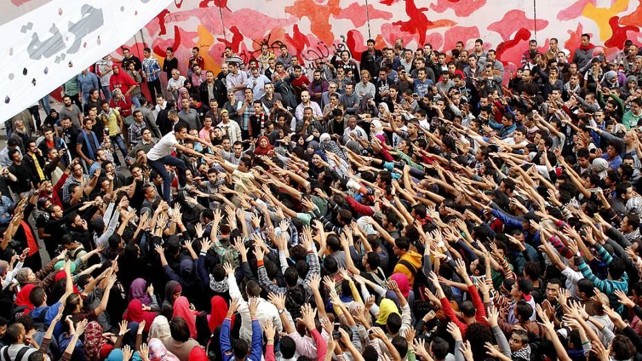 Ativistas islâmicos protestam contra a Irmandade Muçulmana, o exército e o que eles chamam dos remanescentes do regime de Mubarak, durante o aniversário dos confrontos da avenida Mohamed Mahmoud, nos arredores da Praça Tahrir, no Cairo - (19/11/2013)