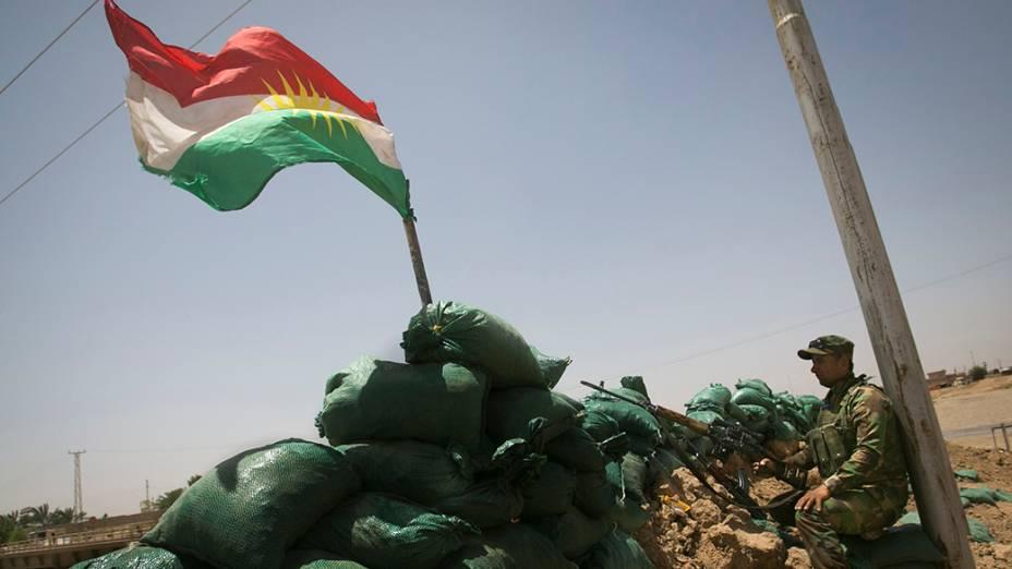 Membro das forças curdas em posição de combate contra militantes sunitas liderados pelo Estado Islâmico do Iraque e do Levante (ISIL), na aldeia Basheer, sul da cidade de Kirkuk