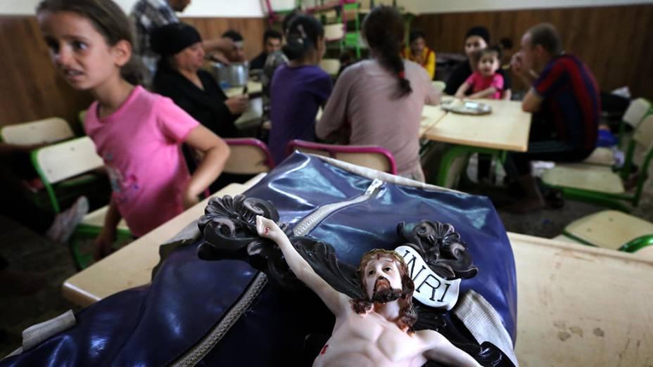 Cristãos iraquianos que fugiram da violência na aldeia de Qaraqush, a leste da província de Nínive, descansam na igreja São José, na cidade curda de Erbil, na região autônoma do Curdistão iraquiano