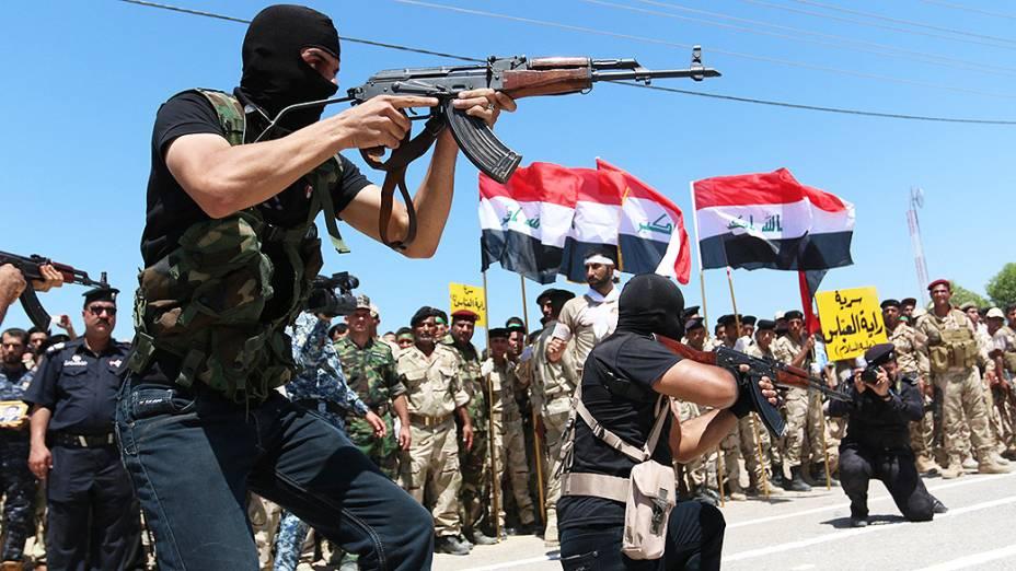 Voluntários xiitas que se alistaram para lutar contra os jihadistas, durante treinamento próximo à cidade de Basra, no Iraque