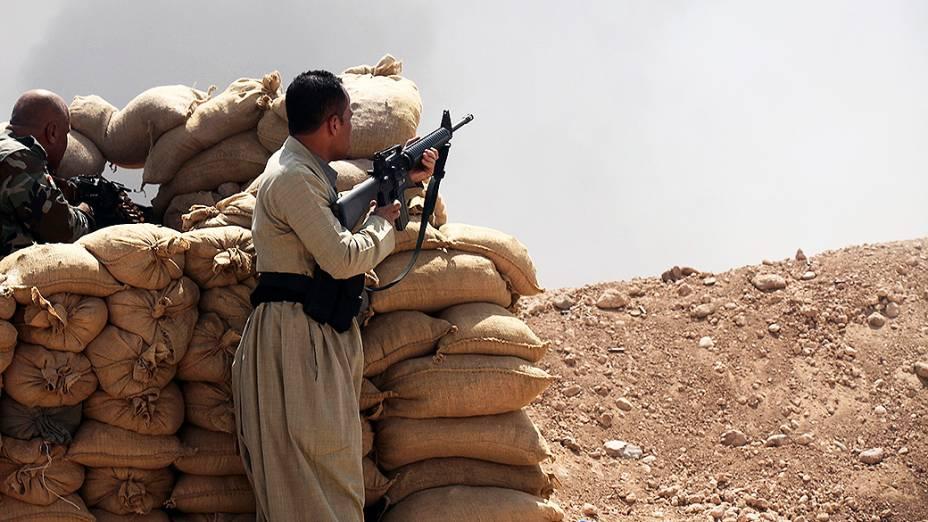 Soldados das forças curdas Peshmerga montam guarda contra militantes sunitas liderados pelo Estado Islâmico, no Iraque