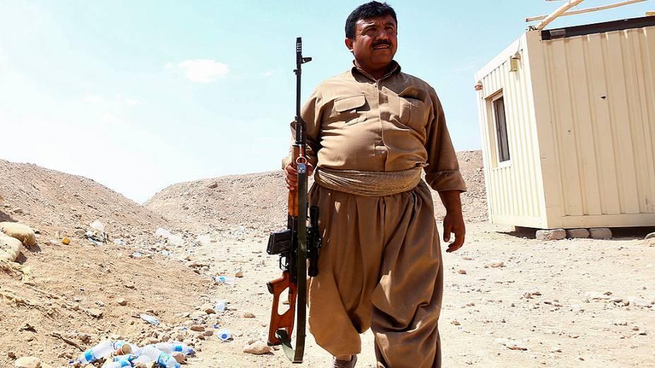 Soldado das forças curdas Peshmerga faz patrulha na província de Nineveh, no Iraque