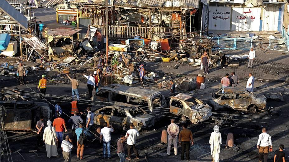 Civis iraquianos se reúnem pela manhã, após uma série de carros-bomba atravessou ruas comerciais em vários bairros de Bagdá - 07/08/2014