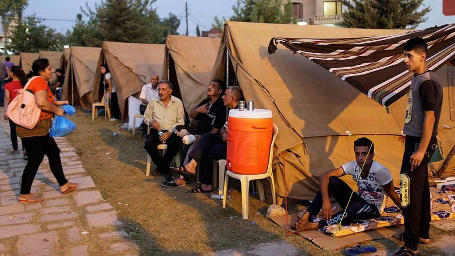 Iraquianos desabrigados vivem em barracas improvisadas na cidade de Erbil, no Iraque