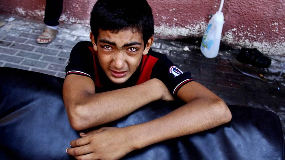 Menino palestino chora depois de ver seus parentes feridos sendo levados às pressas ao pronto-socorro do hospital Nasser após um ataque aéreo israelense em Khan Younis, no sul da Faixa de Gaza