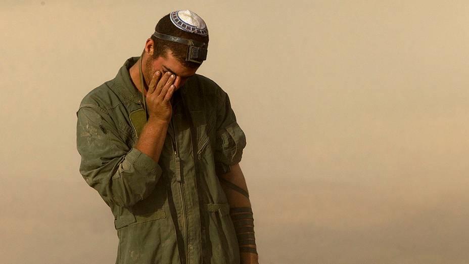 Soldado israelense faz orações perto da fronteira com Gaza - 27/07/2014