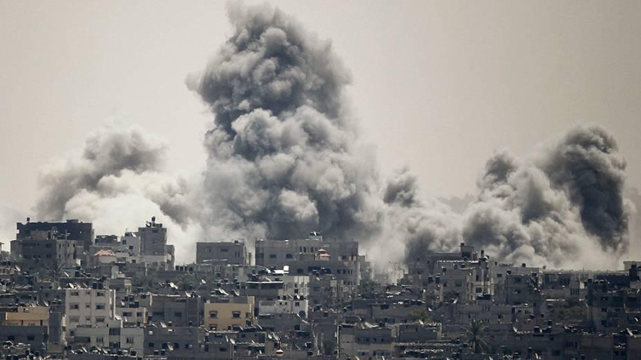 Fumaça sobe durante a ofensiva israelense no leste da Cidade de Gaza. A trégua humanitária na região teve fim após ataques de foguetes disparados por militantes palestinos