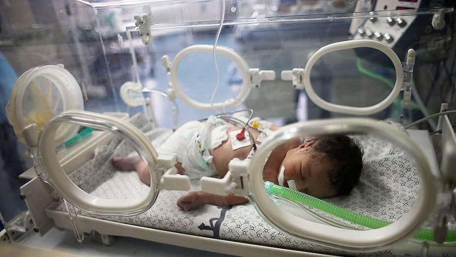 No hospital de Khan Younis, sul da Faixa de Gaza, uma recém-nascida palestina foi fotografada em uma incubadora depois de ser retirada do ventre de sua mãe, que segundo os médicos, foi morta em um ataque aéreo israelense - 27/07/2014