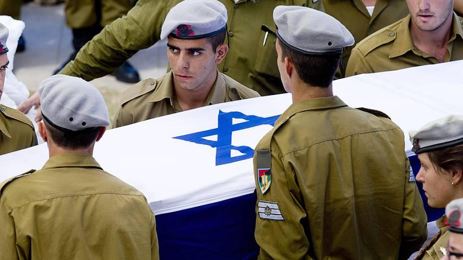 Soldados israelenses carregam o caixão do sargento morto em combate na Faixa de Gaza - 27/07/2014