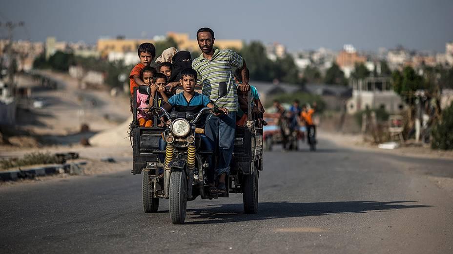 Palestinos da Faixa de Gaza voltam para suas casas durante o cessar-fogo