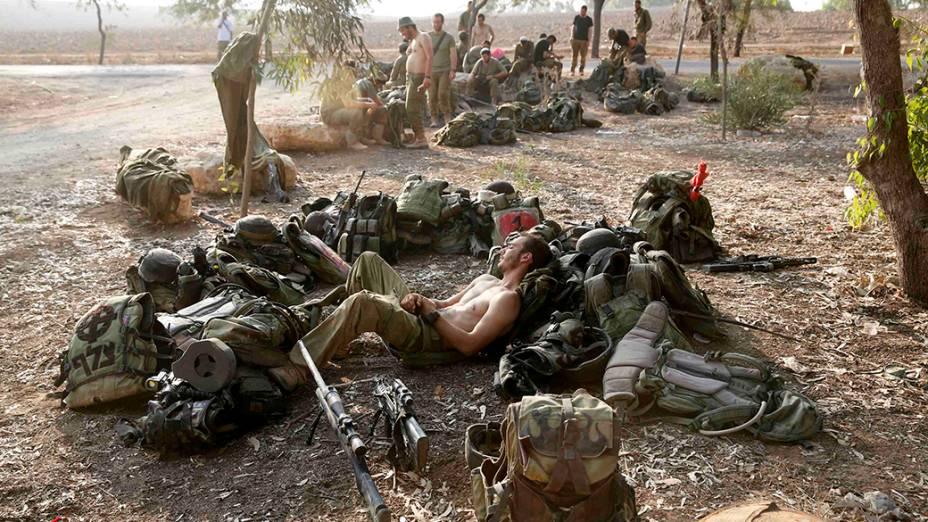 Soldados israelenses descansam durante o cessar-fogo, na Faixa de Gaza